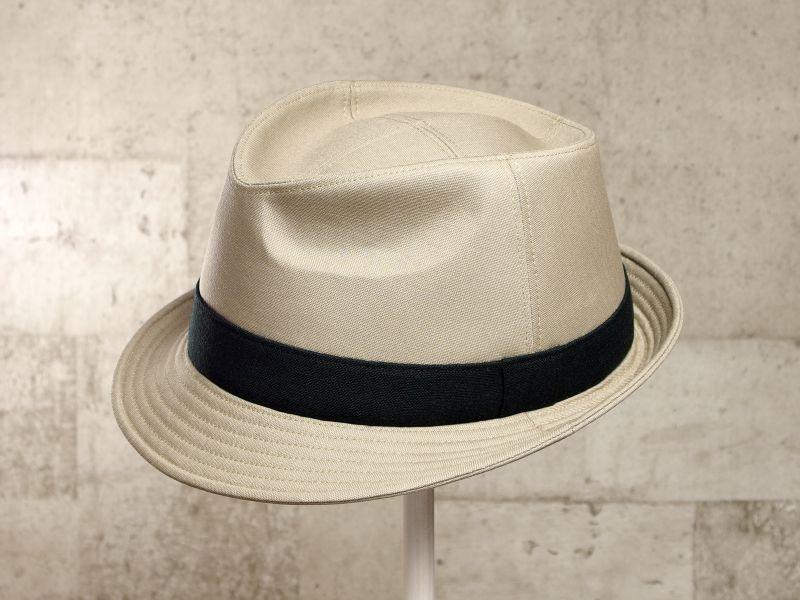 ベージュ中折れ帽子