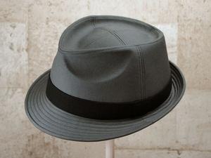グレー中折れ帽子